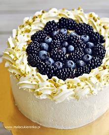 Tort z kremem jogurtowym i borówkami, jeżynami. Przepis po kliknięciu w zdjęcie.