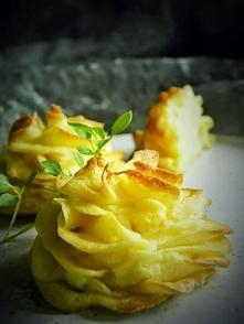 ziemniaczane różyczki  Składniki: 1 kg ziemniaków 1 żółtko 1 jajko 2 łyżki masła 1 ząbek czosnku 2 łyżeczki musztardy: Delikatesowa z firmy Develey sól 2 łyżki śmietany(opcjonal...
