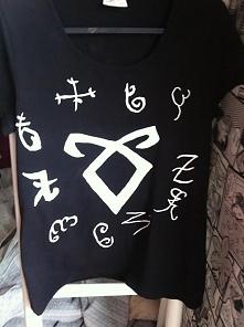 Koszulka ręcznie malowana.Robię na zamówienie każdy napis farbkami niespieralnymi! Piszcie w komentarzach jeśli chcecie coś zamówić c;