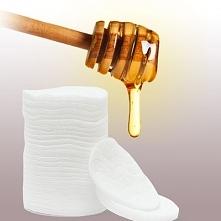 Tak, miód możemy również stosować do demakijażu! Wystarczy, że 1 łyżeczkę miodu zmieszasz z 1 łyżeczką mleko kokosowego, nałożysz na skórę twarzy, wmasujesz i zmyjesz letnią wod...