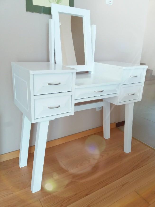 Co sądzicie o takim projekcie toaletki? nie przypomina bardziej biurka?