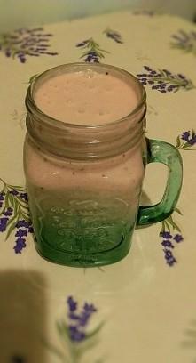 ananas + truskawki + płatki owsiane + jogurt naturalny + miód + jogurt truskawkowy + serek waniliowy