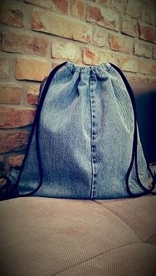 Jeansowy worek-plecak. Zapr...