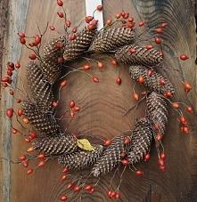 Prosty jesienny wianek. Materiały: рodstawa z gałązek, szyszki jodly, owoce dzikiej róży. Średnica ok. 40 cm. Moja praca, moje zdjęcie.