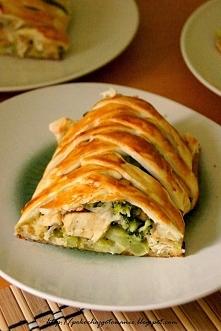 Ciasto francuskie z kurczakiem i brokułami  Składniki: - 1 mały brokuł - 1 op. ciasta francuskiego - 1 podwójny filet z kurczaka - 6 łyżek startej mozzarelli - 1 jajko - sól i p...