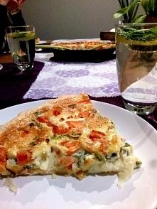 Tarta z łososiem, pomidorami i mozzarellą na cieście francuskim. Przepis po k...