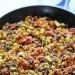 KASZA JAGLANA Z WARZYWAMI Cebulkę, czerwoną fasolkę, szczypiorek, kukurydzę i czerwone pomidorki (z puszki) podsmażamy na głębokiej patelni. Dodajemy ok szklanki kaszy jaglanej i szklankę bulionu. Gotujemy ok 10-15 min pod przykryciem. Dodajemy ulubione przyprawy (wskazana jest papryka chilli) i trochę soku z limonki. Dusimy jeszcze 5 min i gotowe!
