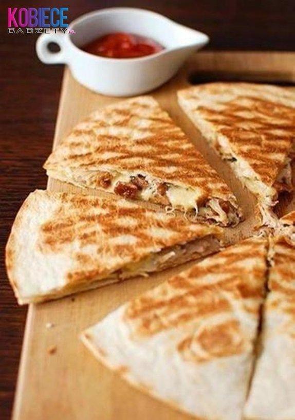QUESADILLA Składniki: -placki tortilli, -ser żółty, -pierś z kurczaka, -brokuły. Ser ścierany na tarce, kurczaka kroimy w kostkę, podsmażamy i doprawiamy, brokuły kroimy i gotujemy. Wszystkie składniki układamy na placku tortilli (można polać sosem) i przykrywamy drugą tortillą. Grillujemy z obu stron, aż placki staną się chrupiące. Podawać ciepłe z sosem ;)