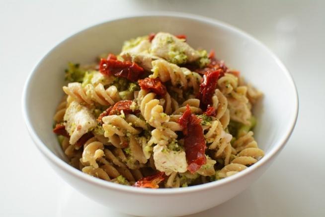 Fit makaron z brokułami, kurczakiem i suszonymi pomidorami  Składniki  Ilość porcji: 2      150 g razowego makaronu     200 g piersi z kurczaka     150 g świeżego brokuła     80 g suszonych pomidorów     100 ml śmietany 18 %     Oliwa z oliwek     Sól i pieprz do smaku  Przygotowanie      Świeży brokuł podziel na różyczki i gotuj ok. 5 minut we wrzącej, osolonej wodzie.     Makaron ugotuj w osolonej wodzie według przepisu na opakowaniu.     Kurczaka pokrój w drobną kostkę i przypraw do smaku solą i pieprzem.     Rozgrzej patelnię z niewielką ilością oliwy z oliwek i usmaż na niej mięso. Następnie dodaj śmietanę, brokuł, suszone pomidory, dopraw solą, pieprzem i gotuj przez kilka minut.     Na koniec dodaj makaron, wymieszaj i gotowe.