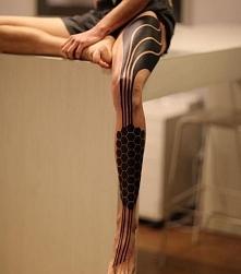 niesamowity tatuaż na nodze