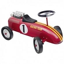 Jeździk będzie idealnym prezentem. Pojazd wykonany jest z metalu i posiada kierownicę, dzięki której można swobodnie jeździć we wszystkich kierunkach.