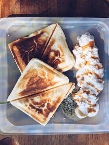 tosty z mąki jaglanej :)  z bananem i serkiem wiejskim