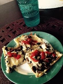 pizza z ziemniaka z pieczarkami i serem . pycha