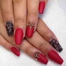 Czerwono-krwiste paznokcie,...