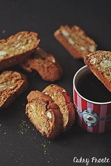 Bicotti z migdałami i daktylami  Biscotti to włoskie sucharki, które zajada się, maczając w winie lub kawie.