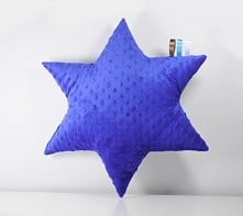 Poduszka uszyta z minky, z drugiej strony bawełna szara w białe gwiazdki.