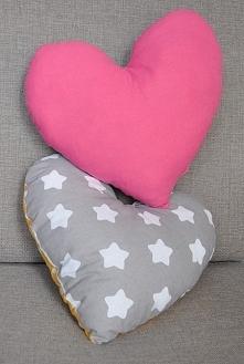 Dwustronne poduszki uszyte z bawełny, wypełnienie antyalergiczne.