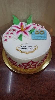 Na tym torcie same nowości  boki tortu malowane lukrem królewskim a na górze ...