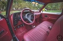 Auto do ślubu. Czerwona tapicera.