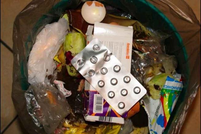 Czy wiesz, że przeterminowanych leków nie można tak po prostu wyrzucić na śmietnik? Tego rodzaju odpady zaliczają się do niebezpiecznych i wymagają specjalnego traktowania.