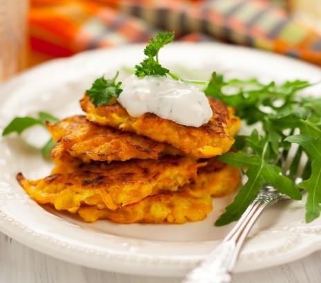 Placuszki marchewkowe <3 Idealne na kolacje i śniadanie. Proste w przygotowaniu i bardzo smaczne. Przepis i zdjęcie pochodzi ze strony smakizycia. Składniki: - marchew 1/2 kg - jajka 4 - bułka tarta 1/4 szklanki - olej 2 łyżki - czosnek 1 ząbek - mąka pszenna 1/4 szklanki - sól i pieprz ( od siebie dodam, że można też dać trochę imbiru, wtedy są jeszcze smaczniejsze) Utrzeć marchew na tarce. Przecisnąć czosnek przez praskę. Dodać jajka, bułkę tartą i mąkę. Doprawić do smaku i wymieszać. Rozgrzać na patelni olej. Z przygotowanej masy uformować placuszki i usmażyć. Osobiście polecam podawać z jogurtem naturalnym wymieszanym z bazylią :)
