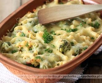 Kurczak zapiekany z brokułami!  Pyszne, sycące danie dla rodziny. Wspólne gotowanie tej potrawy to świetny sposób na spędzenie czasu w jesienne wieczory.  Składniki: na 4 porcje *2 filety z kurczaka *300g makaronu (penne, świderki lub kokardki) *1 brokuł SOS *150g twardego sera do starcia (parmezan, ja dodaję zwykle polski Bursztyn lub Rubin, może być i gouda) *2 łyżki śmietany 12% *1 jajko *sól, pieprz, papryka słodka i ostra *marynata do mięsa: *1 łyżka miodu *2 łyżki oliwy z oliwek *2 łyżki sosu sojowego jasnego *2 ząbki czosnku *sól, pieprz, papryka słodka i ostra, oregano  Przygotowanie: MARYNATA: Miód połączyć z sosem sojowym, dodać oliwę, przeciśnięty przez praskę lub drobno posiekany czosnek oraz przyprawy. Filety pokroić w mniejsze kawałki, zalać je marynatą i odstawić do lodówki w przykrytej misce na 1-2h. Kurczaka podsmażyć na dużym ogniu po kilka minut z każdej strony. SOS: starty na dużych (dla zwolenników ciągnącego się sera) oczkach ser połączyć z jajkiem, dodać śmietanę i przyprawy.  W międzyczasie podgotować makaron al dente oraz ugotować brokuła (zostawiając go delikatnie twardym).  Naczynie żaroodporne wysmarować masłem i obsypać bułką tartą. Wyłożyć makaron, kurczaka i brokuła, zalać sosem i delikatnie wszystko wymieszać. Piec 20 minut w 180 stopniach (góra i dół, bez termoobiegu)  przepis od znajomej zdjęcie z internetu