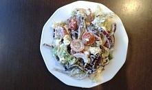 Sałatka z trzech rodzajów salat: rzymskiej, lodowej i roszponki, czerwonej ce...