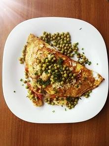 Śniadaniowy omlet z dwóch żółtek i 3 białek, z pomidorem, cebulką, marynowanymi pieczarkami, groszkiem oraz mozarellą. B 32,31 g W 18,58 g T 16,37 g Czy możecie polecić jakieś s...