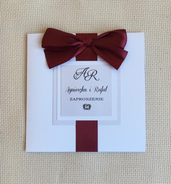 eleganckie zaproszenie ślubne z kolorem wstążki Bakułażan