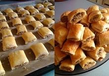 Paszteciki z miesem : Składniki na ok. 40 sztuk:  300 g mąki + 50 g do podsypania kostka masła (200 g) 1 jajko ½ łyżeczki soli 100 g gęstej, kwaśnej śmietany  Nadzienie:  ok. 0,...