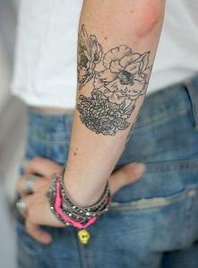 Kobiece tatuaże na ramieniu...