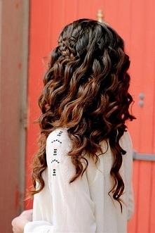 Falowane włosy: W jakiej fryzurze będzie Ci dobrze?