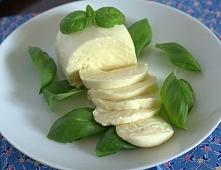 Mozzarella – ser pochodzący z regionu Kampania w południowych Włochach. Ser t...