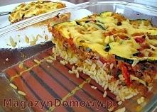 Udostępnij  Zapiekanka z ryżem, mięsem i warzywami    Składniki:  2 torebki ryżu długoziarnistego 200g mięsa mielonego puszka pomidorów krojonych 1 cebula, pokrojona w kostkę 1 ...