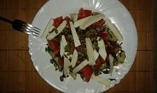 makaron ze szpinakiem,  pomidorami malinowymi,  suszonymi pomidorami,  mozarella i pustkami dyni :) pycha !