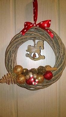 ręcznie wykonany wieniec świąteczny średnicy 20 cm.