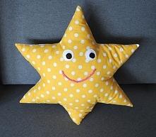 Poduszka uśmiechnięta gwiazdka, uszyta z  bawełny. Wypełnienie antyalergiczna, miła w dotyku kulka silikonowa.