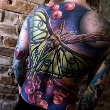 ćma tatuaż na plecach