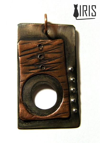 Wisior  Materiał: miedź, alpaka Wymiary: 4x2,5cm  iris-art.eu