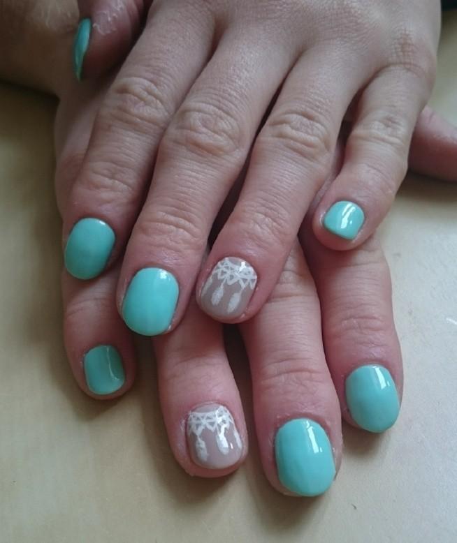 Propozycja neonowych paznokci na lato z ręcznie malowanym