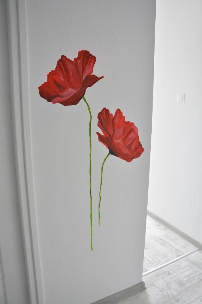 Ręcznie malowane maki na ścianie dla ożywienia białego korytarza :)