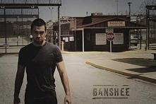 Banshee - brutalny, mocny serial, jak przystało na HBO. Mnóstwo krwi, seksu (przesadnie), intryg, zwrotów akcji. Nudzić się nie można :) Polecam :)