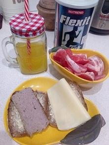 Chlebek żytni na zakwasie, pasztecik od cioci :) i troszkę witaminek ;)