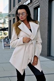 Płaszcz ze stójką ozdobiony futrem.