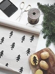 Prosty sposób na papier do pakowania prezentów świątecznych. Im choinki są mniej równe tym wzór ma w sobie większy urok