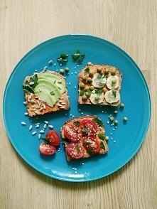 Akcja Fundacji Viva - Zostań wege na 30 dni. Moje wegańskie śniadanie. 3 kromki pełnoziarnistego chleba, hummus z chilli, awokado, słonecznik, ogórek, groszek, pomidorki i sezam