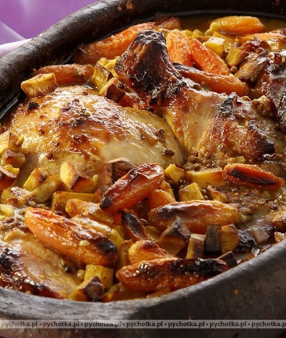 Udka w sosie piwnym 5 udek marchewka 2 cebule por puszka jasnego piwa 2 łyżki śmietany 2 łyżki mąki olej łyżka cukru 6 goździków liść laurowy ziele angielskie łyżka tymianku sól pieprz Sposób wykonania: Udka natrzeć solą oraz pieprzem po czym przesmażyć na rozgrzanym tłuszczu i ułożyć w naczyniu żaroodpornym. Następnie posiekaną cebulę zeszklić, wówczas dodać marchew i pora pokrojone w plasterki. Trzymać na ogniu przez kilka minut i posypać cukrem oraz mąką. Dokładnie wymieszać, wlać piwo i doprawić do smaku. Połączyć jeszcze ze śmietaną i całość wylać na udka. Wstawić do piekarnika rozgrzanego do 170 stopni i piec około 75 minut.