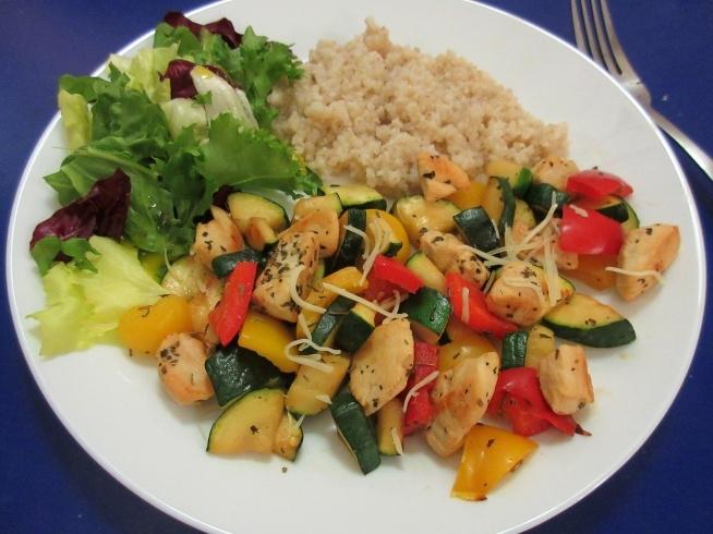 Obiad 24.11 - Piers z kurczaka, czerwona i zolta papryka,cukinia, salata i kasza jeczmienna