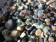 Szkło morskie.Przez lata szlifowane przez fale, piasek i kamienie, powoli rozpuszcza się w słonej wodzie, która nadaje mu satynowaną, jedwabistą powierzchnię.