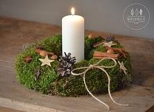 4. Wieniec wykonany z mchu. Idealny jako dekoracja świątecznego stołu (świeca...